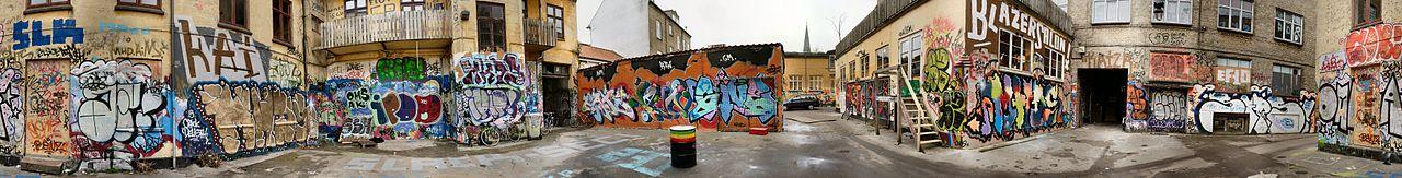 1280px-Graffiti_i_baggård_i_århus_2c.jpg