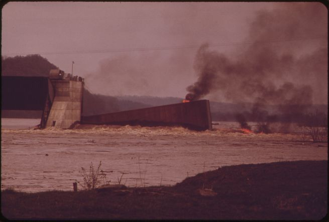 william_strode_-_burning_barge_on_the_ohio_river_may_1972.jpg